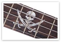 Piratensymbol aus Perlmutt